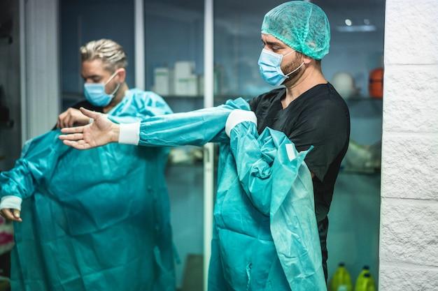 Doctores preparándose para trabajar en el hospital para operación quirúrgica