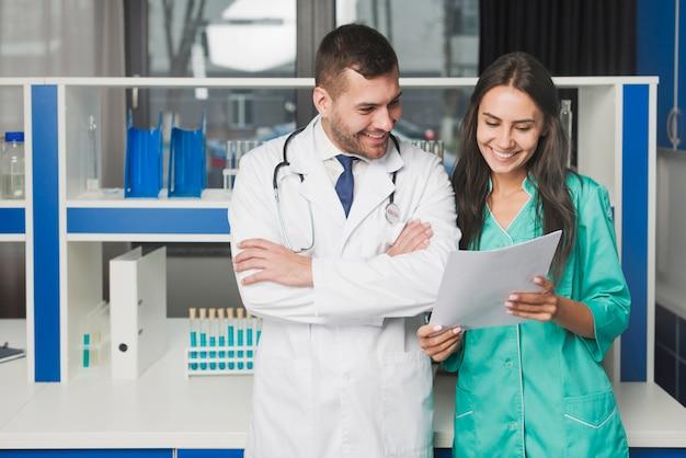 Doctores que leen el papel en el hospital