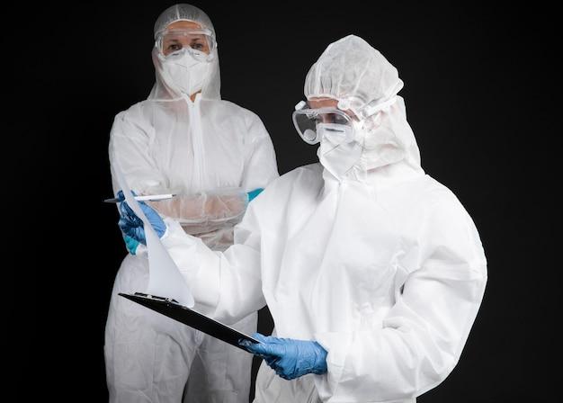 Doctores con ropa protectora