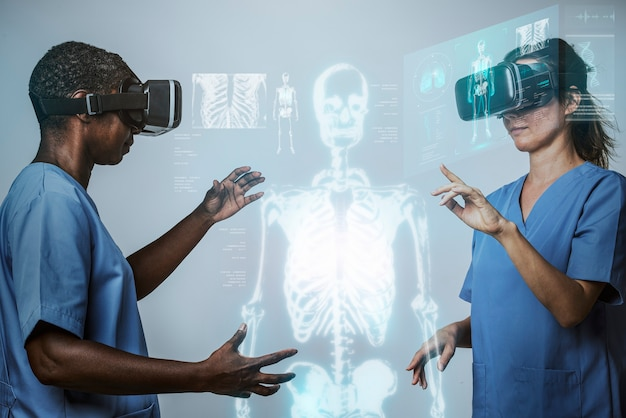 Doctores con simulación de realidad virtual con tecnología médica de hologramas