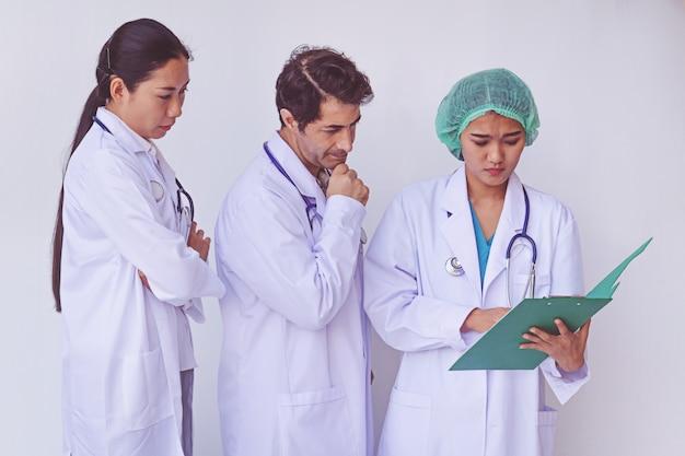 Doctores sosteniendo un portapapeles con receta.