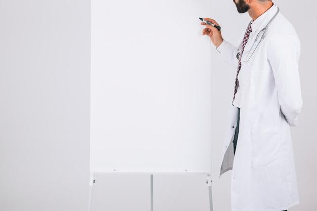 Doctors escribiendo en la pizarra blanca