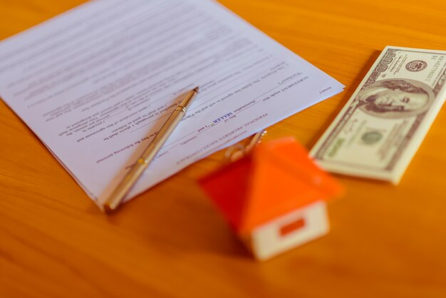 Documento de contrato de arrendamiento / alquiler con llaves y bolígrafo. texto resaltado
