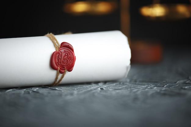 Documento de decreto de divorcio de dos anillos de bodas de oro rotos.