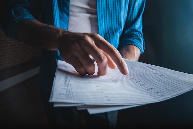 Documento de explotación de mano de hombre de negocios
