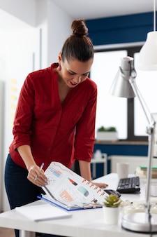 Documento de finanzas de la empresa analizando el papeleo con éxito