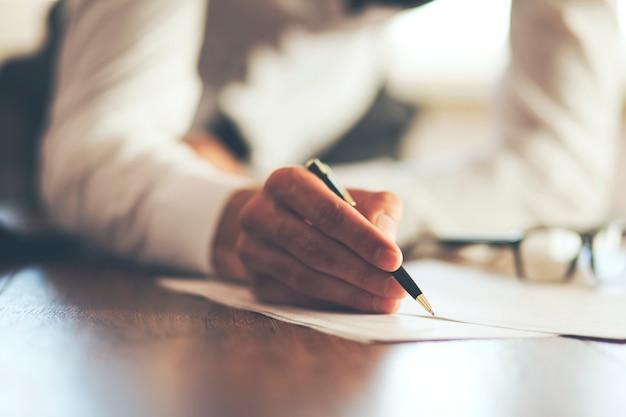 Documento de firma de hombre de negocios
