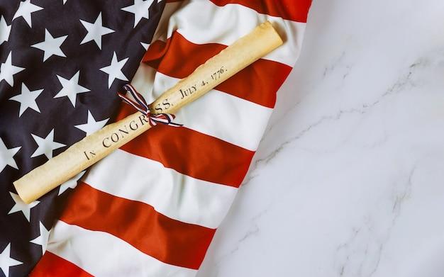 Documento de rollo de pergamino de la declaración de independencia con bandera estadounidense