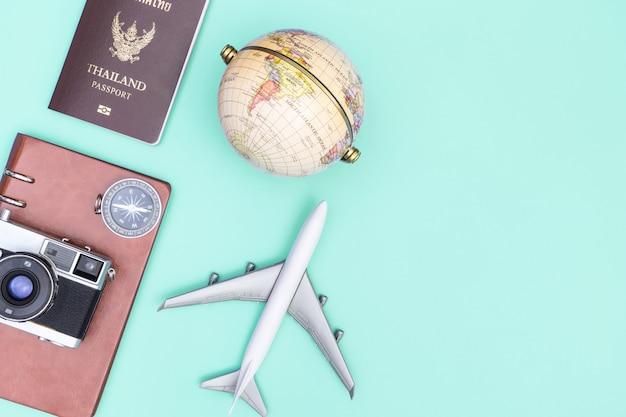 Documento de viaje y accesorios en azul azulado copia espacio plano vista superior