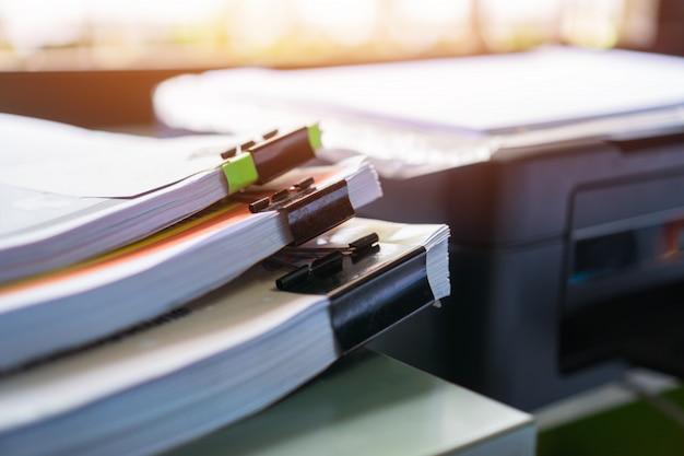 Documentos apila archivos de papel o documentos sin terminar con papeles de clip
