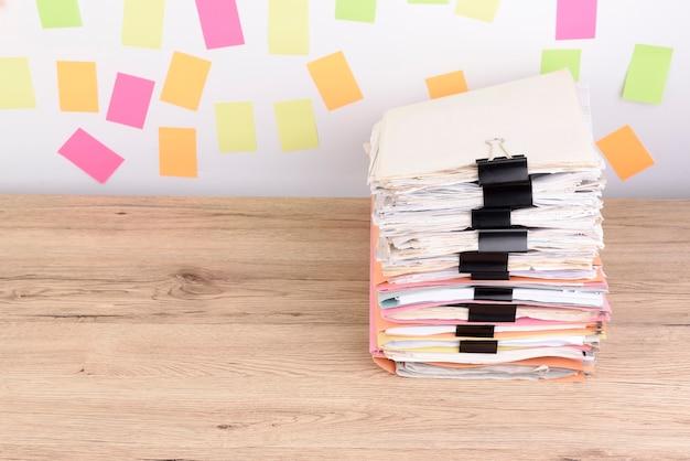 Documentos apilados en el escritorio de oficina, papel colorido publicarlo en el fondo