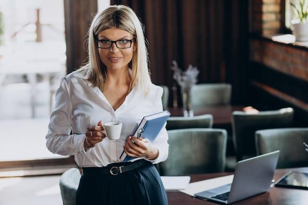 Documentos de carpeta woth gerente mujer