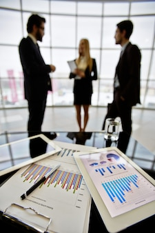Documentos estadísticos sobre la mesa de la oficina