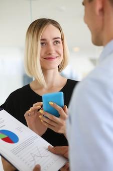 Documentos de estudio de hombre y mujer de empresarios