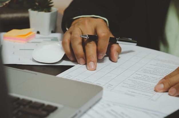Documentos de evaluación de la satisfacción empresarial calificación de la competencia mediante una marca de verificación