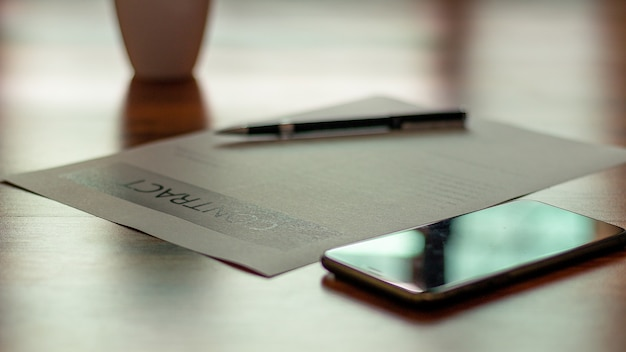 Los documentos para la firma de documentos se colocan en la mesa de negocios.