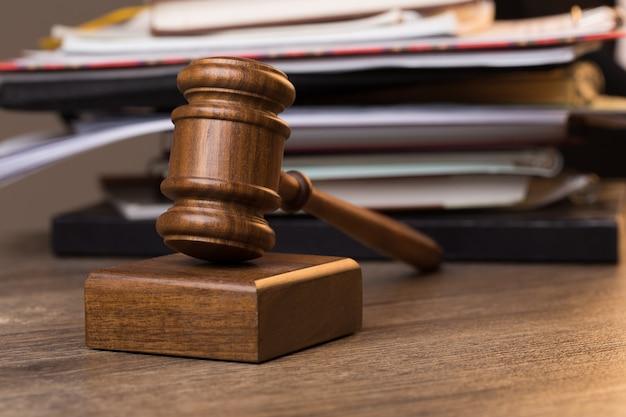 Documentos, martillo del juez sobre la mesa