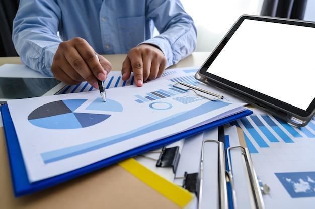 Documentos de negocio en oficina grafica financiera.