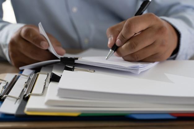 Documentos papeleo pila de documentos de papel comercial en la oficina en el archivo de papel de contabilidad de escritorio
