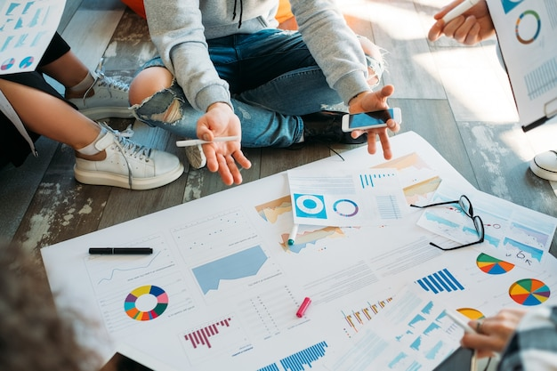 Documentos de proyectos comerciales. estilo de discusión de negocios millennial