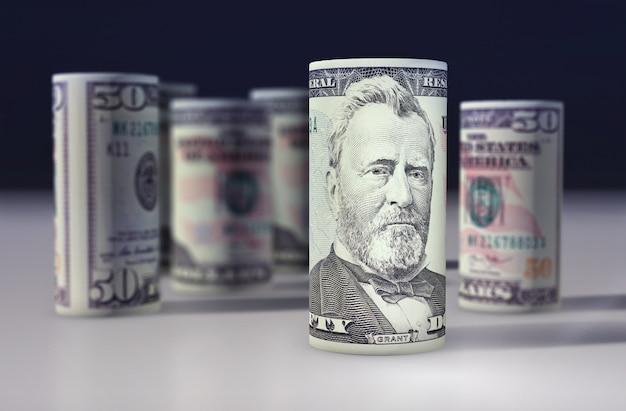 Dólar estadounidense de 50 dólares enrollado en el negro