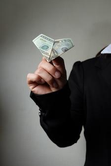 Dólar volando por la mano de negocios, concepto de idea de negocio