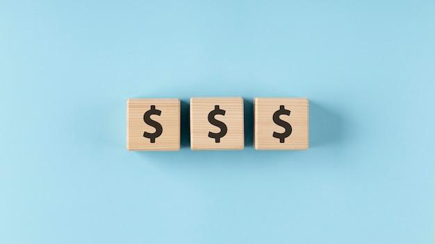 Dólares en arreglo de cubos de madera