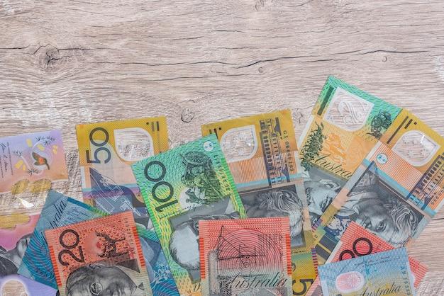 Dólares australianos en la mesa de madera como fondo