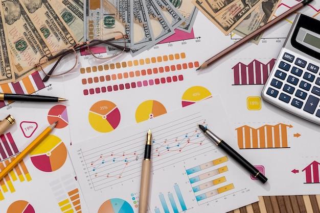 Dólares estadounidenses en gráficos de negocios con lápiz y calculadora