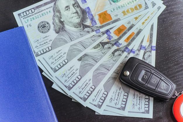Dólares, pasaporte y llaves del auto.