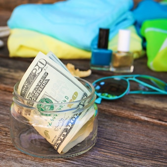 Dólares en tarro de cristal. concepto de recogida de dinero para el viaje.