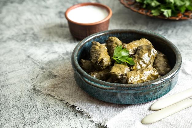 Dolma tradicional (sarma) en hojas de parra con copyspace. líbano turco cocina del medio oriente griego.