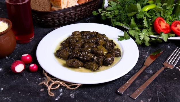 Dolma verde azerbaiyano con hierbas y verduras