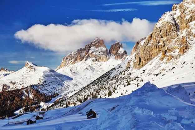 Dolomitas montañas cubiertas de nieve