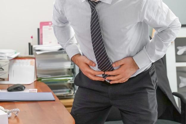 Dolor en el abdomen de un hombre.