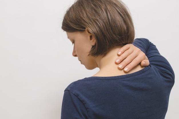 Dolor en la articulación cervical en una mujer.