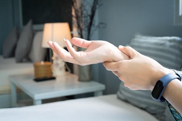 Dolor en el brazo de la muñeca de la mujer. concepto de salud y medicina síndrome de oficina