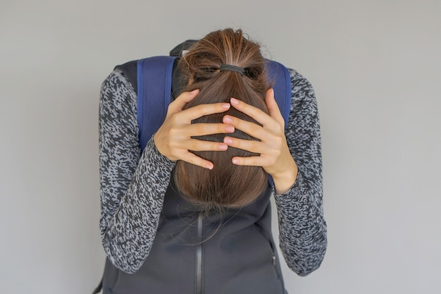 El dolor de cabeza de la niña. niña aprieta su cabeza