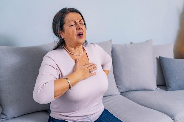 Dolor cardiaco. mujer madura tiene su corazon