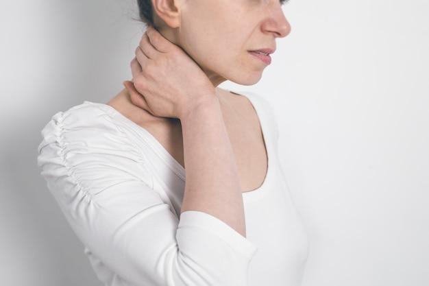 Dolor en la columna vertebral en el cuello. fatiga.