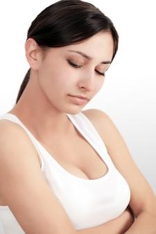 Dolor corporal, mujer que siente dolor agudo en los codos, retrato de una bella joven que sufre de dolor