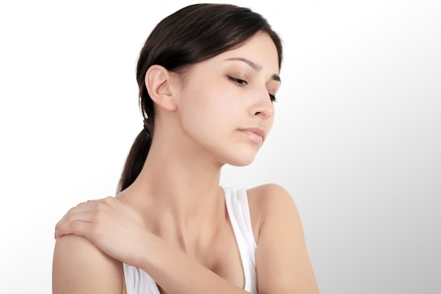 Dolor de cuello. hermosa mujer que tiene dolor en el cuello, sensación dolorosa