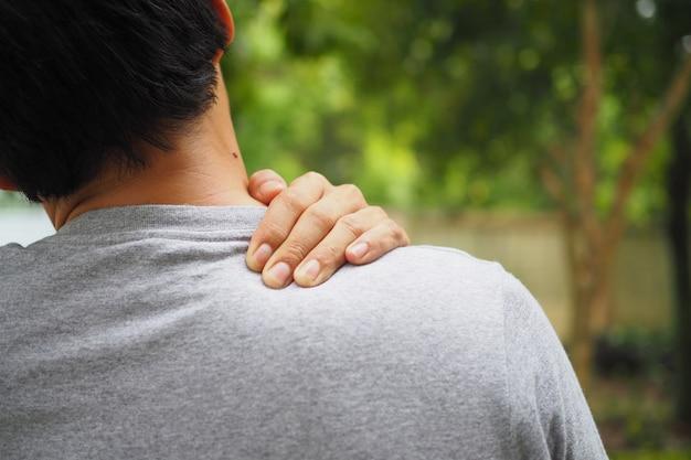 Dolor de cuello y hombro y lesión muscular del hombre.