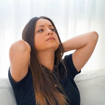 Dolor en el cuello de una mujer por fatiga.