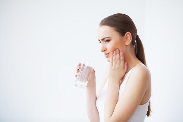 Dolor de dientes, cuidado dental y dolor de muelas, dolor de dientes de mujer