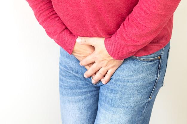 Dolor en la entrepierna del joven. próstata, problema de vejiga, infección u otro concepto de problema médico