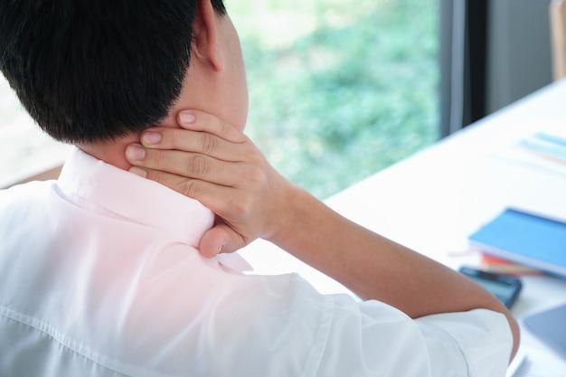 Dolor en el hombro, dolor en el hombro, también conocido como síndrome de oficina, el hombre muestra dolor muscular durante el trabajo.