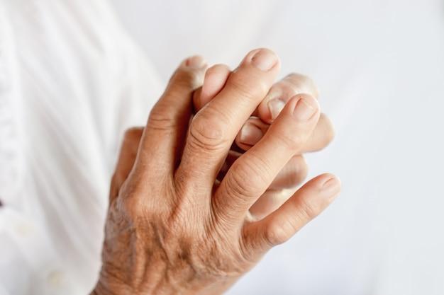 Dolor de manos y dedos de mujer que sufre de gota