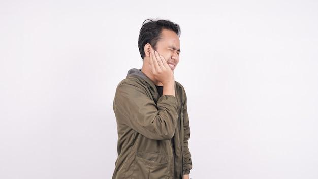 Dolor de muelas de hombre asiático en un espacio en blanco