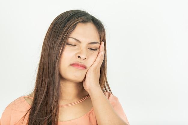 Dolor de muelas y problemas del conducto radicular. encías inflamadas y dolor.
